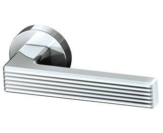 Дверные ручки Armadillo – это отличный вариант недорогой фурнитуры, которая послужит отличным дополнением Вашим дверям. В них, в отличие от других бюджетных ручек, исключены разбалтывания и так называемое «провисание», когда ручки через достаточно короткий срок эксплуатации перестают держать параллель полу. Запатентованная технология покрытия TITANIUM® обеспечивает дверным ручкам высокую устойчивость к агрессивной среде. Особенность этой технологии заключается в шестислойном последовательном защитном покрытии:  Литье.Ручки Armadillo изготавливаются из современного материала ZAMAK – сплава цинка, алюминия, магния и меди.  Галтовка.В процессе галтовки ручка шлифуется и очищается от пыли и шероховатостей. Полировка.Полировка до зеркального блеска делает ручки Armadillo необычайно гладкими. Нанесение слоя меди.Данный этап обеспечивает прочность дальнейшего покрытия. Колеровка и сатинирование. Колеровочный слой придает ручкам Armadillo оригинальный цвет. А сатинированием достигается нужная фактурность ручек. Лакировка.Двойной слой лака надежно защищает ручку от воздействий окружающей среды. Гравировка лазером.Логотипом Armadillo подтверждается качество и оригинальность изготовления.