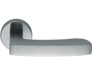 Межкомнатные ручки в зависимости от их качества обрабатываются разными способами. Бюджетные серии ручек для межкомнатных дверей обрабатываются напылением для того, что бы задать необходимый цвет и оттенок. В процессе эксплуатации финишное покрытие стирается и внешний вид дверной фурнитуры теряет привлекательный вид. Защет широкого применения дверных ручек, при покупке необходимо хорошо изучить вопрос их качества. Ручки в которых финишное покрытие нанесено  с использованием новейшей PVD-технологии прослужат максимально долго. PVD-технология позволяет обрабатывать поверхность дверной ручки не повреждая ее внутрении состав (ручка не теряет свойства упругасти и эластичности). Для более сильной фиксации нужного оттенка на поверхности дверной ручки используют цирконий и титан. Максимально качественно удается изготовить ручку с финишным покрытием хром, за счет гальванической обработки поверхности изделия не меняет цвет и оттенок в процессе эксплуатации.