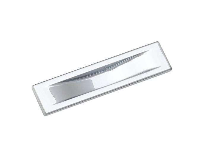 Дверные ручки могут используются для установки в металлические и межкомнатные двери. Фурнитура для межкомнатных дверей весьма разнообразна, включает в себя: ручки, защелки, фиксаторы, шпингалеты, упоры и петли. Дверные ручки могут быть на раздельной розетке и ручки на планке. Ручки на планке в современных интерьерах встречаются реже, чем ручки для межкомнатных дверей на раздельной розетке. Большое разнообразие дверных ручек на раздельном основании представлено у следующих производителей: Arni, Senat, Punto, Fuaro, Morelli, Armadillo, System, Linea Calli, Colombo,Tupai. Каждый из перечисленных производителей дверной фурнитуры изготавливает ручки на круглой или квадратной розетке. В разных сериях и коллекциях ручек  для межкомнатных дверей используют разные составы металла, начиная от алюминиевой основы  и заканчивая латунью. Важно выбрать надежную ручку для врезки в межкомнатную дверь. Если дверная ручка состоит из алюминия, у нее очень слабая борозда крепления. За 50-100 нажатий крепление срезает резьбу и ручка выходить из строя. В будущем если покупатель захочет купить более качественную дверную ручку, он столкнется с проблемой ее крепления к двери. У дверных ручек на основе Zamak (цинк+алюминий+медь) точка крепления смещена на 2,5мм относительно алюминевых ручек, и стабильно работать они после установленных алюминиевых ручек не могут.