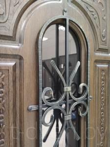 Покрытие из ЛДСП и пленочного МДФ внешне похоже на дерево, обеспечивает неплохую тепло- и шумоизоляцию, достаточно долговечно и устойчиво к механическим воздействиям. Вместе с тем данный тип отделки не пригоден для уличных дверей и дверей, выходящих в холодное помещение, например, неотапливаемый подъезд. Кроме того, ассортимент цветов и фактур ограничен, что часто не позволяет сочетать цвет отделки двери с цветом отделки остального помещения. Использование МДФ предпочтительнее, чем ЛДСП, так как можно выполнить фрезеровку, существенно улучшающую внешний вид двери.