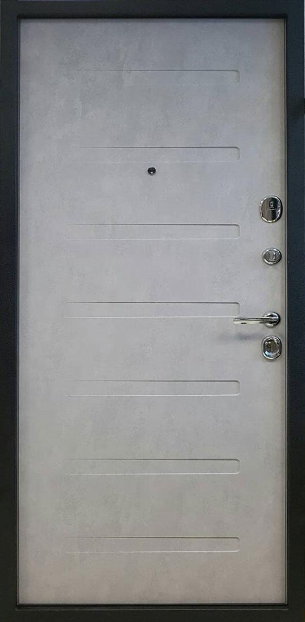 Оптимальные по всем параметрам входные металлические двери характеризуют следующие особенности:  Замкнутый цикл производства. Если все элементы для сборки изготовлены на одном заводе с применением высокотехнологичного оборудования, они идеально подходят друг другу, а конструкция не имеет изъянов. К тому же замкнутое производство присутствует лишь у надежных фирм, которые уделяют максимум внимания качеству производимого товара и подделать их практически невозможно. Исключение составляет использование в комплектации дверных замков от фирм, специализирующихся только на их производстве. Наличие всех необходимых сертификатов на продукцию. Высокий уровень шумоизоляции. Металлические двери справляются с этой задачей в разы лучше других, поскольку толщина дверного полотна больше, а полое пространство внутри дает возможность использовать качественную прослойку, заглушающую ненужные звуки. Также хорошо с шумоизоляцией справляются лишь многокамерные стеклопакеты.
