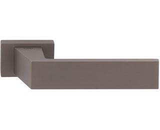 Дверные ручки могут используются для установки в металлические и межкомнатные двери. Фурнитура для межкомнатных дверей весьма разнообразна, включает в себя: ручки, защелки, фиксаторы, шпингалеты, упоры и петли. Дверные ручки могут быть на раздельной розетке и ручки на планке. Ручки на планке в современных интерьерах встречаются реже, чем ручки для межкомнатных дверей на раздельной розетке. Большое разнообразие дверных ручек на раздельном основании представлено у следующих производителей: Arni, Senat, Punto, Fuaro, Morelli, Armadillo, System, Linea Calli, Colombo,Tupai. Каждый из перечисленных производителей дверной фурнитуры изготавливает ручки на круглой или квадратной розетке. В разных сериях и коллекциях ручек  для межкомнатных дверей используют разные составы металла, начиная от алюминивой основы  и заканчивая латунью. Важно выбрать надежную ручку для врезки в межкомнатную дверь. Если дверная ручка состоит из алюминия, у нее очень слабая борозда крепления. За 50-100 нажатий крепление срезает резьбу и ручка выходить из строя. В будущем если покупатель захочет купить более качественную дверную ручку, он столкнется с проблемой ее крепления к двери. У дверных ручек на основе Zamak (цинк+алюминий+медь) точка крепления смещена на 2,5мм относительно алюминевых ручек, и стабильно работать они после установленных алюминевых ручек не могут. Межкомнатные ручки в зависимости от их качества обрабатываются разными способами. Бюджетные серии ручек для межкомнатных дверей обрабатываются напылением для того, что бы задать необходимый цвет и оттенок. В процессе эксплуатации финишное покрытие стирается и внешний вид дверной фурнитуры теряет привлекательный вид. Защет широкого применения дверных ручек, при покупке необходимо хорошо изучить вопрос их качества. Ручки в которых финишное покрытие нанесено  с использованием новейшей PVD-технологии прослужат максимально долго. PVD-технология позволяет обрабатывать поверхность дверной ручки не повреждая ее внутрении состав (ручка не теряе